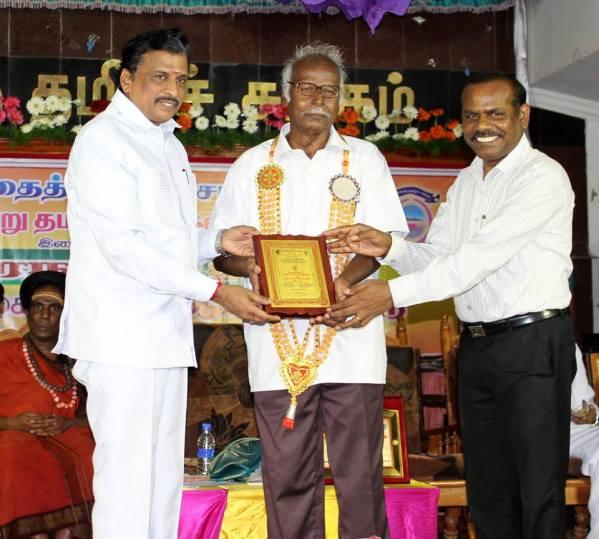 Professor Dakshinamurthy receiving Na. Mu. Venkatasamy Natar Award