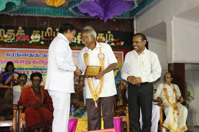 Professor Dakshinamurthy receiving Na. Mu. Venkatasamy Natar Award